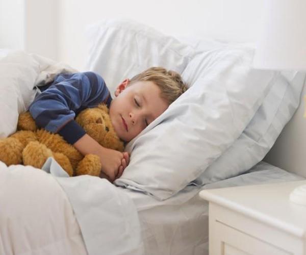 Как да накараме децата си да спят в собственитв си легла